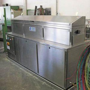Durchlaufwaschmaschine mittels Ultraschallverfahren. Es können Drähte, Litzen, Kabel, flexible Schläuche, Bänder und Rohre zuverlässig gereinigt werden