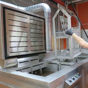 Ultraschall - Werkzeugreinigung Beschickung mittels Warenlift